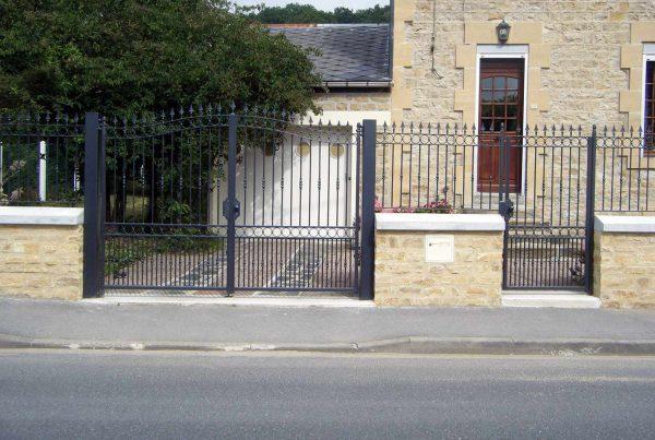 Portail, portullion et barrières grenaillés, métallisés et thermolaqués par SAPE