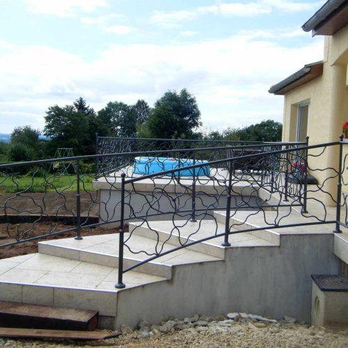 Rembarde extérieure d'escalier, grenaillé, métallisée au zinc et peinte en gris ardoise
